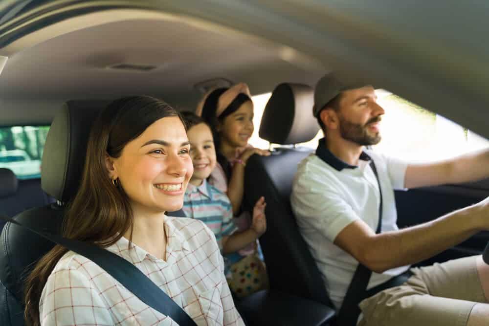 familia feliz viajando en auto a mexico con seguro de auto