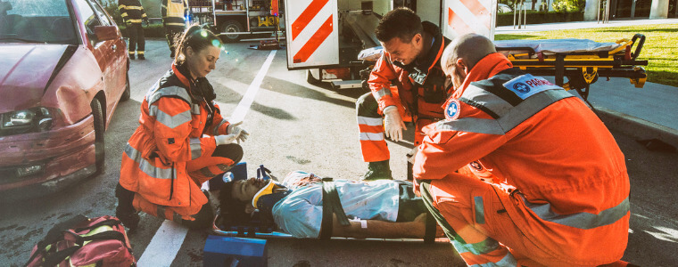 paramedicos-atendiendo-paciente-accidente-calle