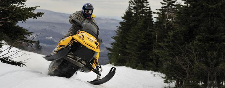 hombre-en-moto-de-nieve-montana-nevada