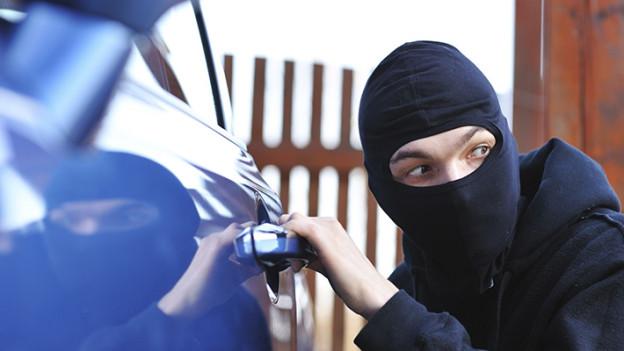ladrón robando un automóvil
