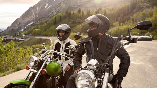 motociclistas-usando-casco-por-seguridad