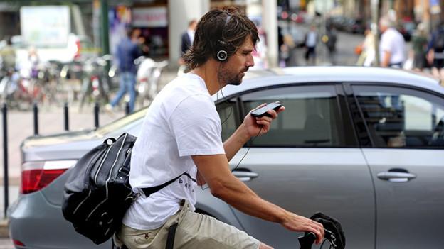 ciclista-imprudente-hablando-por-teléfono
