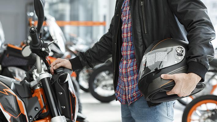conductor-de-moto-seguro-usando-casco