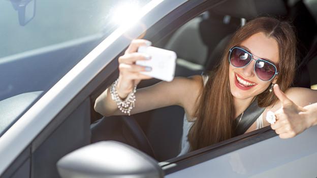 Conducción-distraida-las-selfies-al-conducir-un-auto