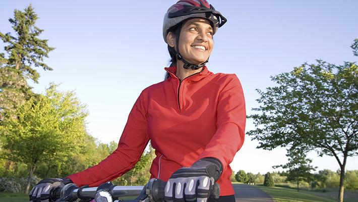 mujer-viajando-en-bicicleta