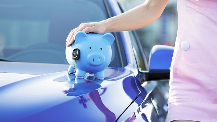 mujer-sostiene-alcancia-sobre-auto-ahorrar-dinero