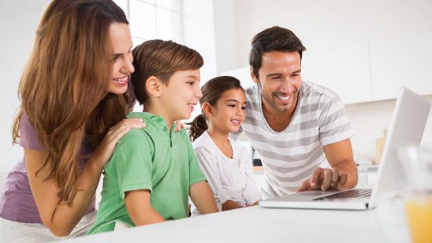 familia-viendo-computadora-cotizacion-seguro-de auto