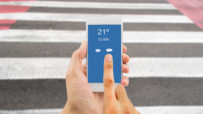 riesgos-cruzar-calles-smartphone