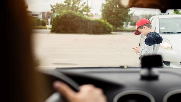 niño-cruza-calle-distraido-usando-smartphone