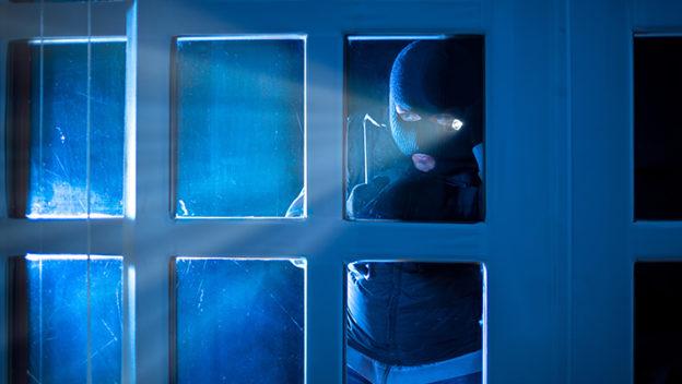 delincuente-acechando-hogar-consejos-de-seguridad-contra-robos