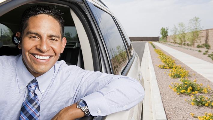 conductor-hispano-feliz-con-seguro-de-carro-barato-en-USA