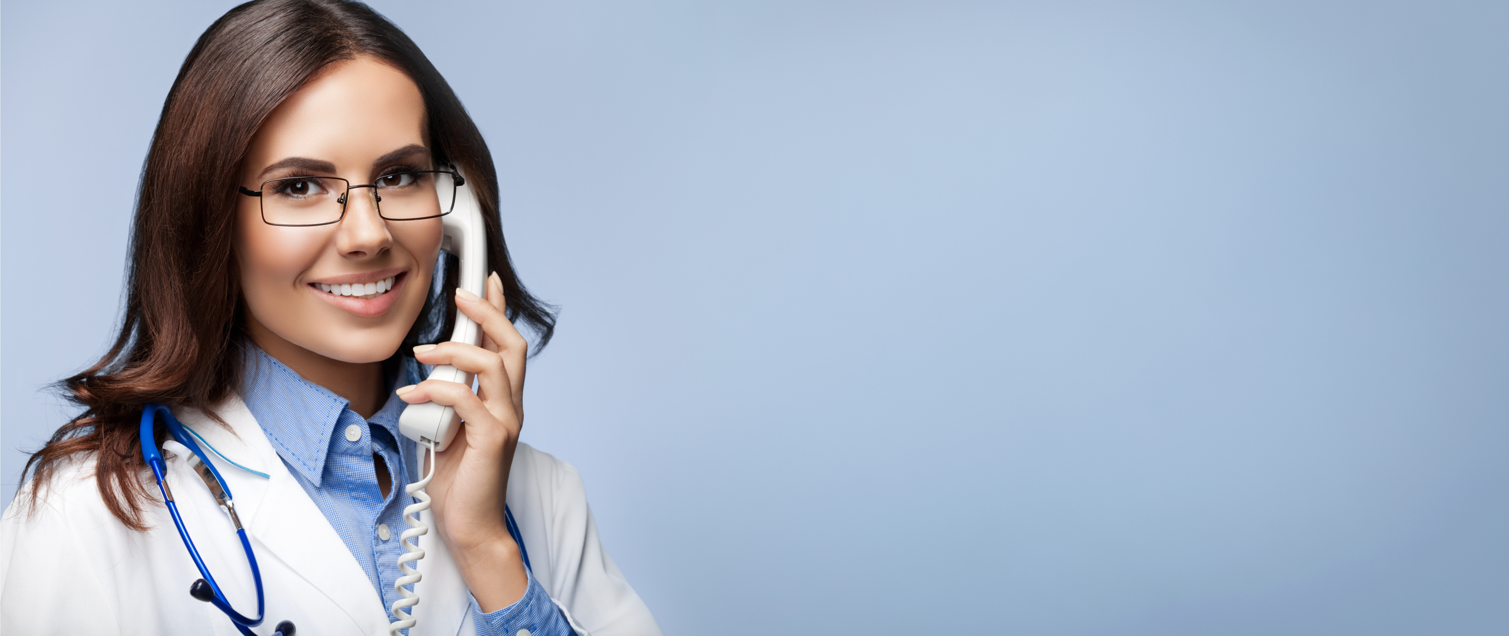 médico-mujer-hablando-por-telefono-telemedicina