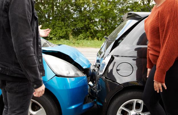dos-personas-discutiendo-accidente-auto