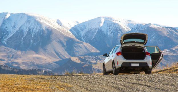auto_estacionado_paisaje_montañas