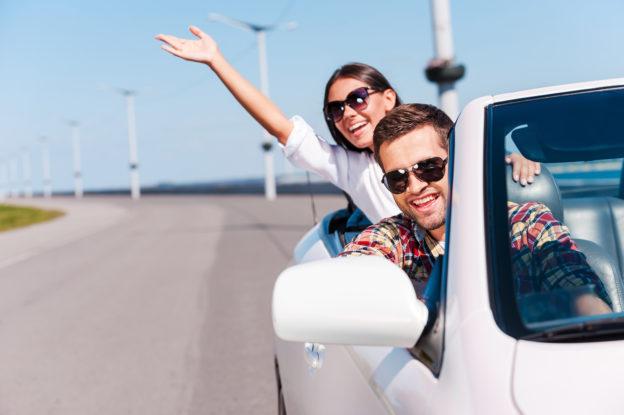 hombre_mujer_felices_en_auto_blanco_carretera