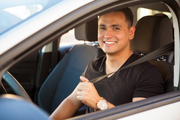 conductor_latino_sonriendo_dentro_de_auto