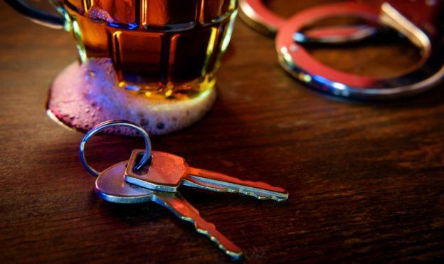 llaves sobre una mesa con una cerveza y esposas de policia que pasa si tengo varios dui
