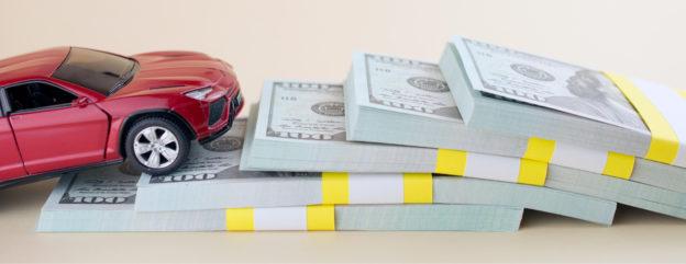 auto de juguete encima de pacas de dolares encuentra seguro de auto barato