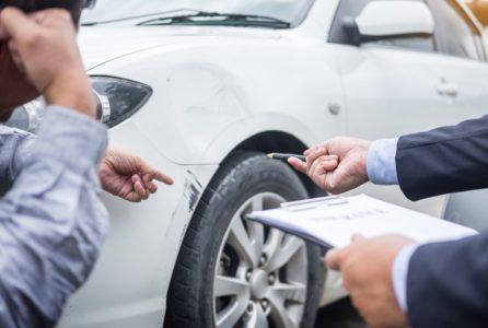 agente de seguros atendiendo un accidente de auto necesito seguro de auto