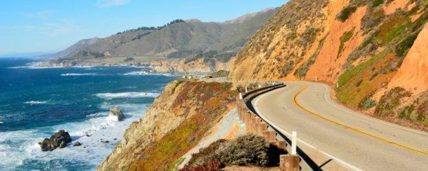 paisaje en carretera de california con montañas y mar seguro de auto
