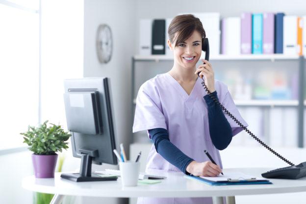 enfermera hablando por telefono telemedicina coronavirus