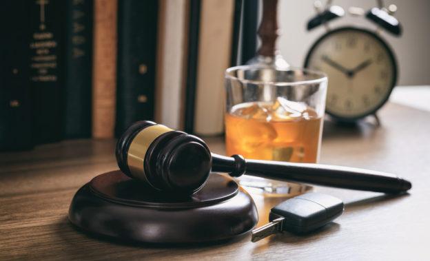 bebida alcohólica con llaves de auto y mazo de juez consecuencias de un dui