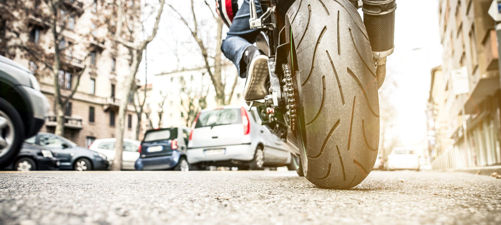 ¿Cómo circular en moto por la ciudad? Todo lo que necesitas saber