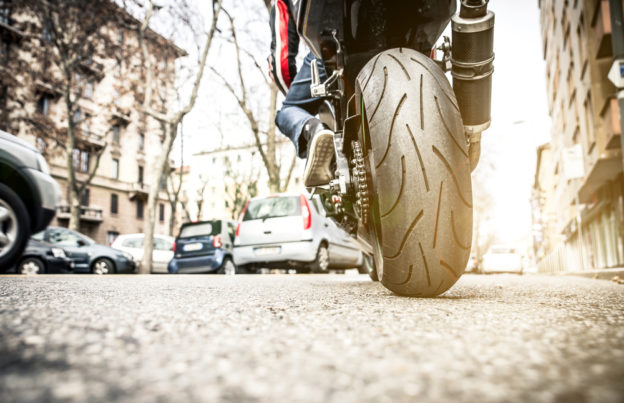 moto circulando por calle de ciudad