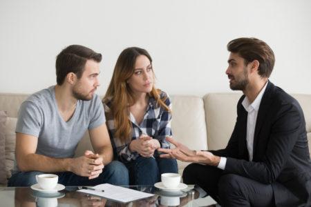 pareja firmando un contrato de arrendamiento para rentar una propiedad