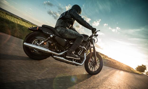 hombre en motocicleta en la carretera