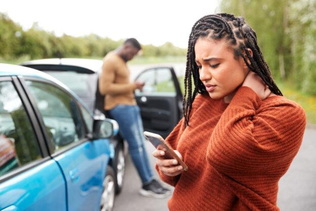 mujer en accidente de auto con cuello lastimados y gastos de hospital