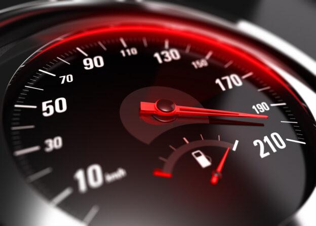 vista frontal de consola de auto mostrando exceso de velocidad