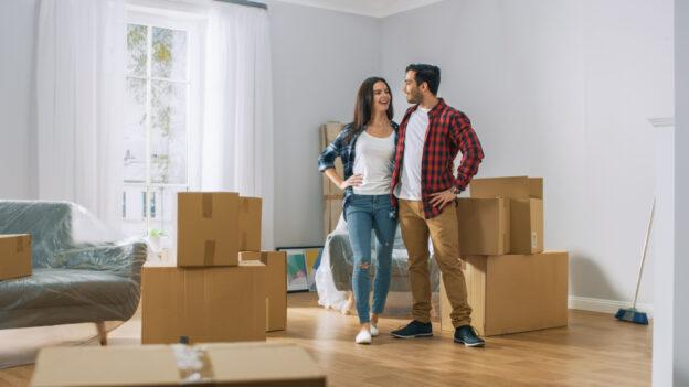 hombre y mujer jovenes mudandose a rentar un casa con seguro
