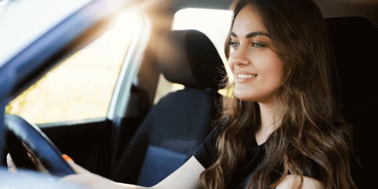 Mujer latina joven en un coche
